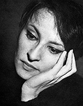 photo noir et blanc : Barbara, chanteuse française, pensive