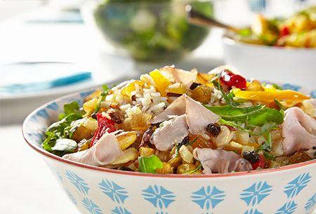 Maaltijdsalade met fricandeau met René Pluijm: Koude salade met rijst, fricandeau, gedroogd fruit en gefrituurde knoflook. Uit: de Coop Keukentafelgids Lente 2014.