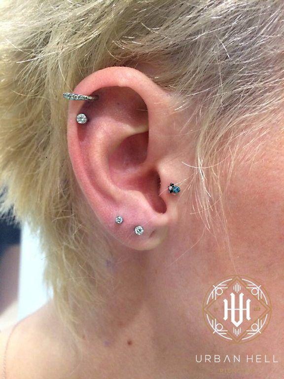 Piercing 2 lóbulos y helix con bezel de distintos tamaños en cristal blanco de neometal #Piercing #PiercingOreja #PiercingHelix #Helix #Piercing2Lobulos #Neometal #PiercingEar #PerforacionOreja