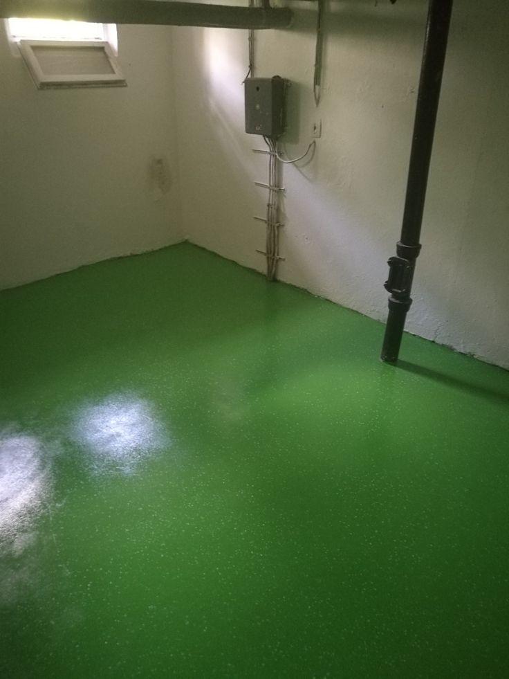 Dekoratívna úprava podlahy v pivnici bytového domu pomocou polyuretánového náteru RAL 6018 + vsypu zelenobielych chipsov.