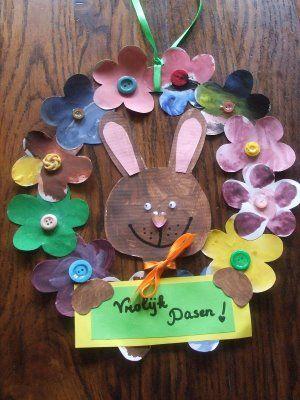 ook heel gezellig! Een paaskrans met een vrolijk paashaasje. De rand is van een van papieren bordje en papieren bloemen gemaakt.