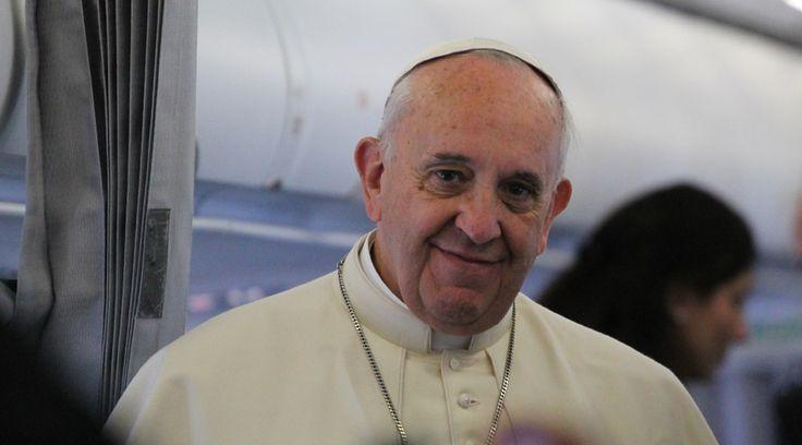 """Una cadena con un falso mensaje del Papa Francisco se ha viralizado a través de las redes sociales, especialmente en el sistema de mensajería WhatsApp, en el que supuestamente alienta a que """"no vivas solo por los hijos""""."""