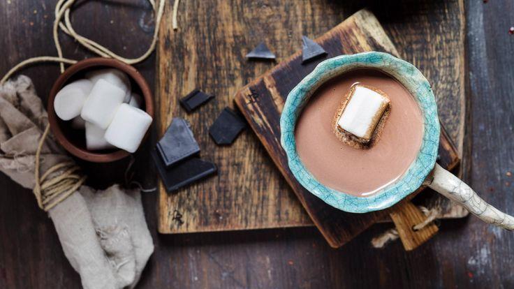 2-3 Pers  0,5 l Milch 100 g Sahne 120 g Schokolade  Wasser nach Geschmack   1/2 Vanilleschote zusätzlich 1,5 Esslöffel reines Kakaopulver oder Schokolade (geraspelt)  Schokolade in kleine Stücke brechen und im warmen Wasserbad langsam schmelzen. In einem zweiten Topf Milch, Sahne und circa 50 Milliliter Wasser zum Kochen bringen. Die flüssige Schokolade unter Rühren in die warme Mich geben, die Vanilleschote dazugeben und unter ständigem Rühren min. fünf Minuten köcheln lassen (nicht…
