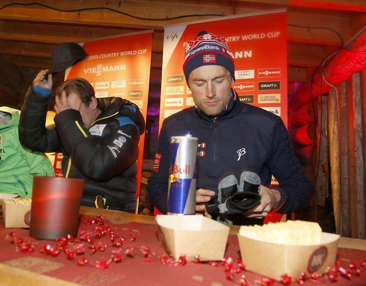 KLAR FOR VERDENSCUP: Petter Northug snakker vel og lenge med journalistene på pressekonferansen torsdag kveld før verdenscupen starter fredag. Sveriges Emil Jönsson t.v