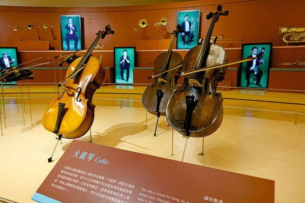 Bâtisseur d'un immense conglomérat industriel à #Taïwan, #WenLongShi (87 ans) est passionné d'art occidental. Il a réuni une collection d'oeuvres d'art éblouissante. #Mélomane, conquis par la musique classique occidentale, il a aussi la plus importante collection privée d'instruments de musique au monde (dont des #stradivarius et #guarnerius rarissimes).