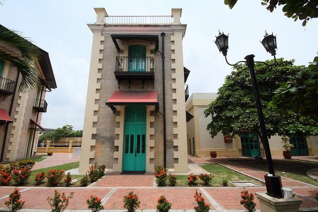 Estación Montoya junto al antiguo Edificio de la Aduana  Barranquilla, Colombia