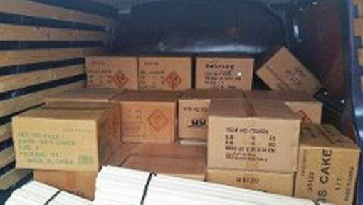 Duizenden kilo's illegaal vuurwerk in garagebox en bestelbus - AD.nl