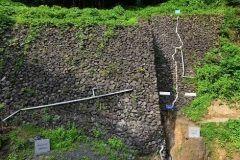 新潟県糸魚川市にあるフォッサマグナパーク  糸魚川静岡構造線の断層やフォッサマグナの海に噴出した日本最大の枕状溶岩を自由に見学することができます 約4億年前の地質と約1600万年前の地質が断層を境に西日本と東日本に分かれていることがわかる珍しいポイントがありユーラシアプレートと北アメリカプレートの境界だといわれています 散歩道にはフォッサマグマを解説するパネルや東西文化の違いを紹介するパネルが設置されており親子で歩きながら理科と社会の勉強ができます tags[新潟県]