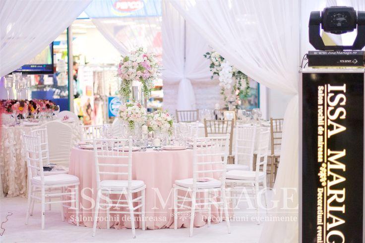Decor nunta scaune chiavari albe si aranjamente florale deosebite IssaMariage 2017