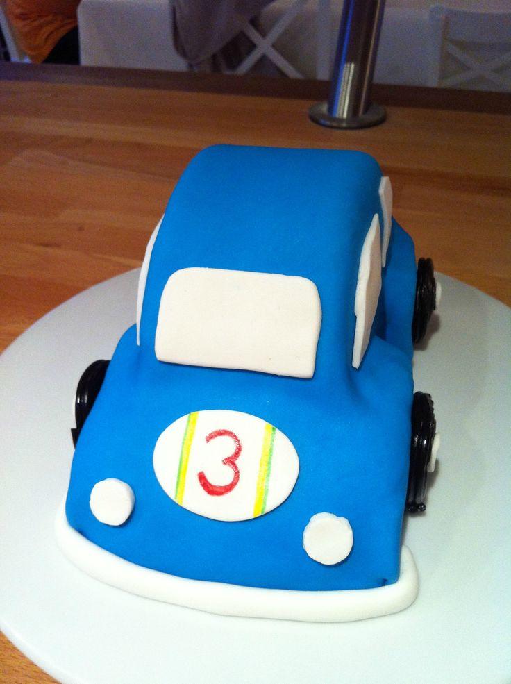 Gâteau en forme de voiture, réalisé en pâte à sucre. Pour anniversaire.