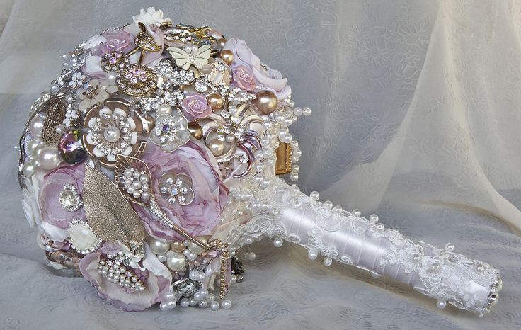 Brooch bouquet in blush pink, rose gold and winter white.  Gorgeously beautiful, soft and romantic in a vintage way. lovely workmanship and decorated with gold leaves and pearls and quality jewelery