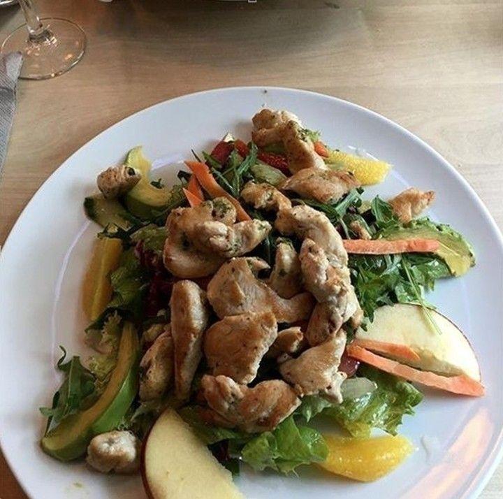 Der Jahreszeit entsprechend  Frühlingsalat mit frischem Obst Avocado und Hähnchenbrust für ca. 900   Schon deinen Lieblings Salat in unsere Foodguide App geladen ? @hanni_bee  #foodguideapp #hamburg #hansestadt #hhfood #welovehh #welovehamburg #hamburgfood #ig_hamburg #hamburgstagram #hamburgerecken #ilovehh #ilovehamburg #foodhamburg #restauranthamburg #hamburgrestaurants #hamburgrestaurant #hamburgeats #igershamburg #fresh #travel #healthy #foodie #cleanfood #greenfood #salat #avocado…