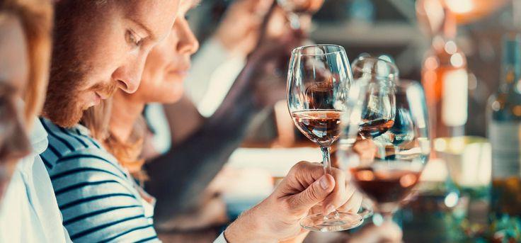 In Nullkommanix zum Weinkenner: 11 Fun Facts rund um Wein!  Wisst ihr, dass Angelina Jolie sehr erfolgreich Wein anbaut? Oder was Champagner und Sekt voneinander unterscheidet? Nein? Kein Problem: Wir machen aus euch echte Weinkenner –mit nur elf Facts!