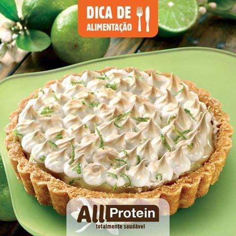 Como fazer Torta de Limão Proteica!  Final de semana chegando e não podia faltar uma receita de torta de limão deliciosa e saudável. E como se não bastasse o sabor, ela ainda é caprichada na proteína e low carb! Cada fatia da torta de limão tem aproximadamente 3.5g de carboidrato, 6.5g de fibras e 15.5g de proteínas (sem o whey)! Veja como fazer a receita:  Para a massa 300 gramas de amêndoas...