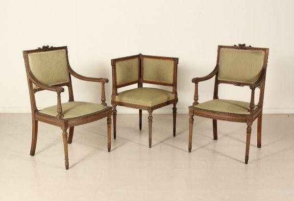 Poltrone e sedia in stile. Rette da gambe troncoconiche, seduta e schienale imbottiti. Finemente intagliate. Coppia di Poltrone (93x58x55cm; altezza seduta:44cm) Sedia ad Angolo (79x64x64cm; altezza seduta: 46cm)