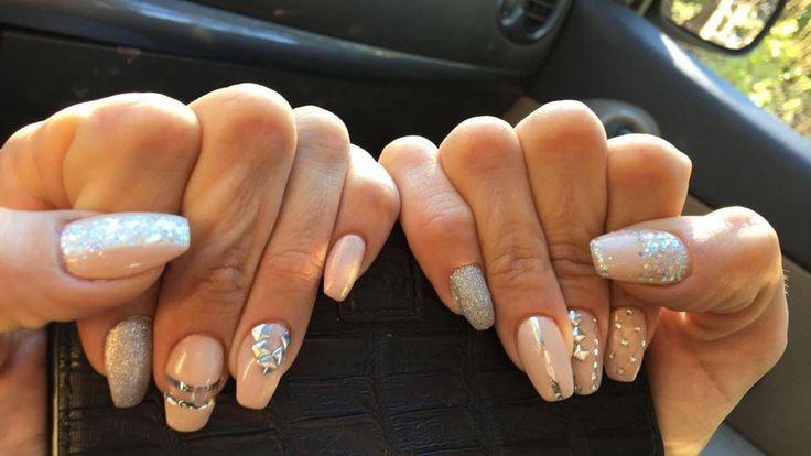 Une magnifique réalisation que nous avons pris plaisir à faire ! 😍 #nails #nailart #ongles #idéesmanucure #beauté #soins #aix #charleval #laroquedantheron #esthétique #manucure #argent #pink #hiver #nailsofwinter #glitters