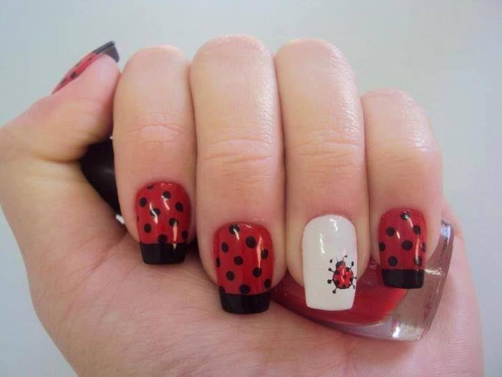 Base roja con punta francesa negra y puntos..... base blanca con decoración de Catarina....