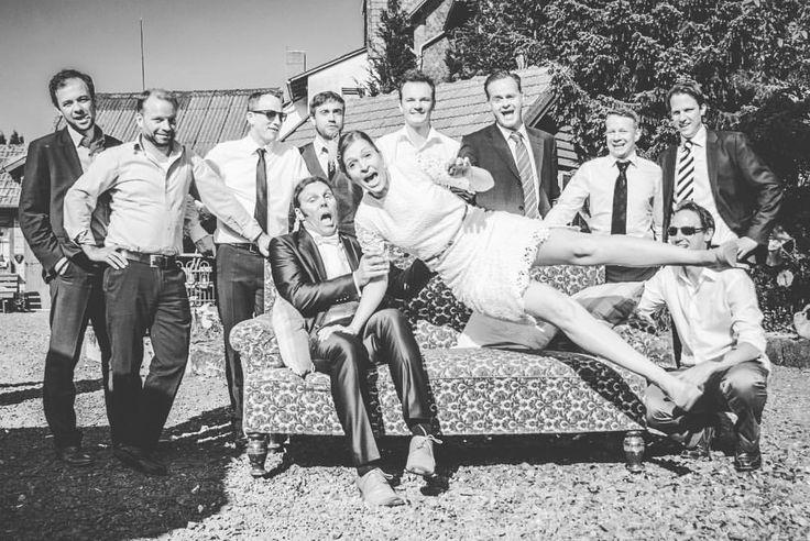 #herecomesthebride Ein Schnappschuss, bei dem die Braut alle überraschte… auch mich 😊 #weddingphotography #groupshoot #brideandgroom #crazybride #hochzeitsfotografie #hochzeitsshooting #hierkommtdiebraut #bittelächeln #sagmalcheese