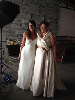 Serena e Francesca, due delle vere spose che hanno posato raggianti con i loro abiti realizzati dall'atelier Ceraunavolta