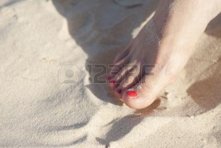 #piedi #nudi #spiaggia #corpo #cura #caucasica #colore #giorno #elegante #smalto #moda #femmina #dito #piede #ragazza #vacanza #umano #gambe #stile di vita #chiodo #naturale #aria aperta #coppia #persone #rosso #rilassarsi #relax #riposo #sabbia #mare #pelle #centro termale #estate #abbronzatura #due #acqua #bagnato #donna #giovani