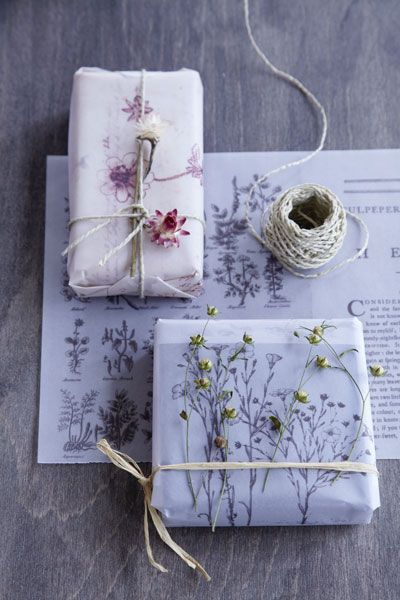 Make your own wrapping paper by making copies from a book of botanical drawings. Garnish with dried flowers from the garden and rope or raffia.  http://www.homeandgarden.nl/2012/10/20/het-mooiste-inpakpapier/#