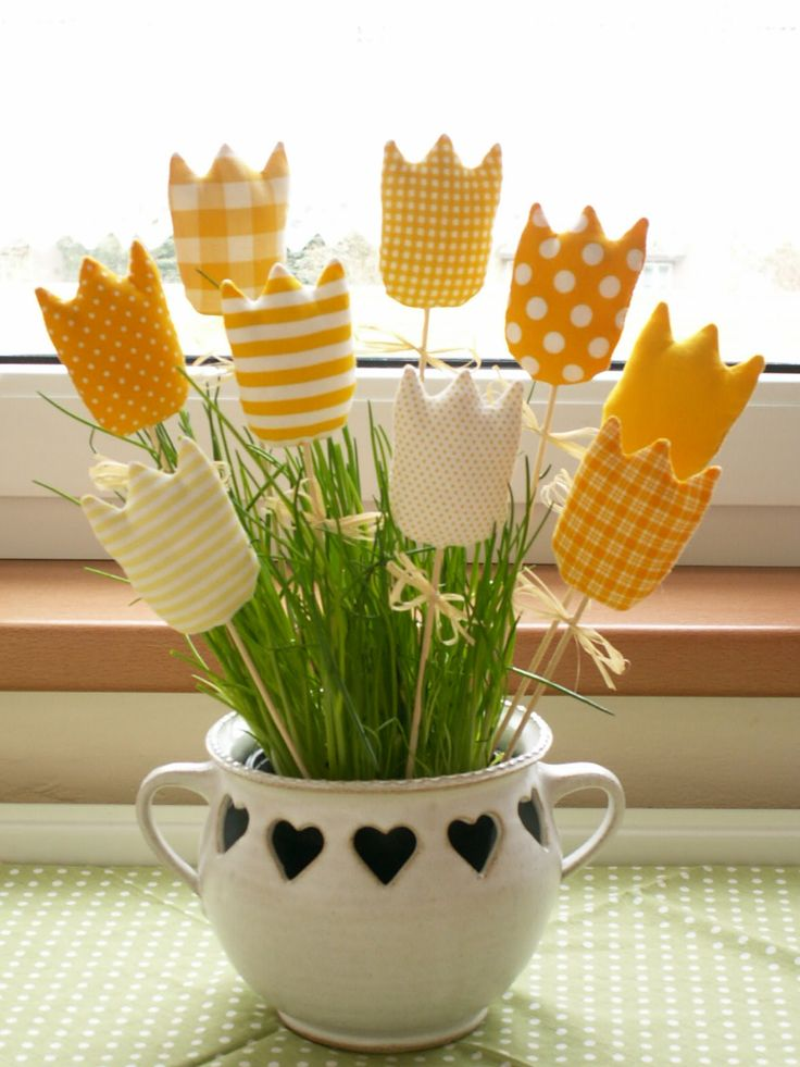 Žluté+tulipánky+:o)+Žluté+tulipánky+šité+z+bavlněné+látky+plněné+dutým+vláknem,+doplněné+lýkovou+mašličkou.+Aktuální+barevnost+je+v+detailní+fotografii.+Velikost+tulipánku+7,5cm+x+6cm.+Cena+za+1+kus.+Do+ceny+nejsou+zahrnuty+špejle.