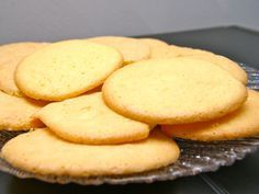 Eierkoeken koop je normaal bij de bakker maar je kan eierkoeken zeer gemakkelijk zelf maken. Sonja Bakker noemde de eierkoek al een verantwoord tussendoortje. Dat zijn ze zeker als je de eierkoek ook zelf maakt. Eierkoeken, zoals het al doet vermoeden, worden gemaakt van eieren, suiker en zelfrijzend bakmeel. Het recept is erg makkelijk en in 25 minuten bak je 12 heerlijk luchtige koeken.