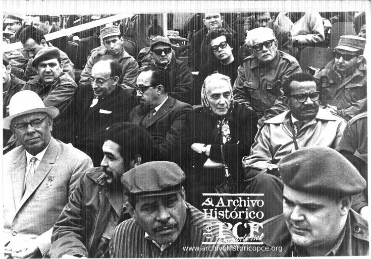 Dolores Ibarruri, Che Guevara, Raul Castro, Blas Roca, Carlos Rafael Rodriguez escuhando a Fidel. La Habana, 1963