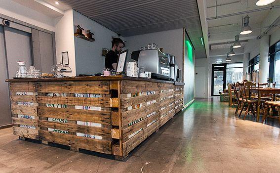 Explore Wooden Pallet, Café-Bar, and more!: https://de.pinterest.com/pin/326581410459051332