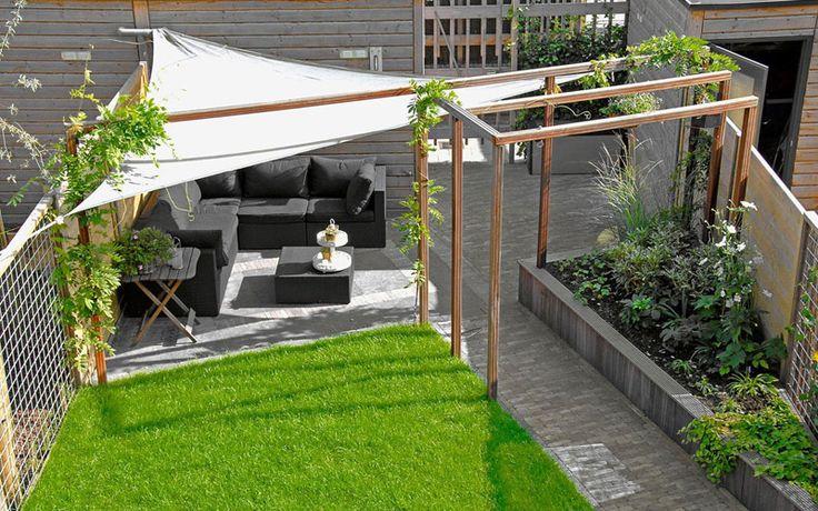 Strak vormgegeven moderne achtertuin. Gekozen is hier voor schuine lijnen om de tuin optisch te vergroten. Creative tuin | www.Klusopmaat.nl