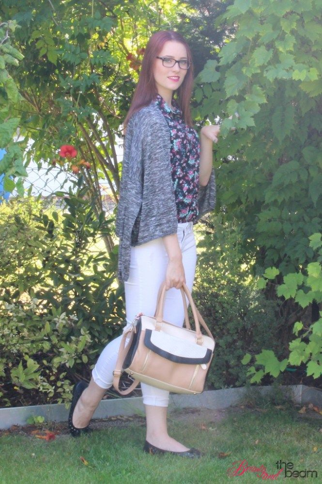 Outfit Blumenbluse - weiße Jeans