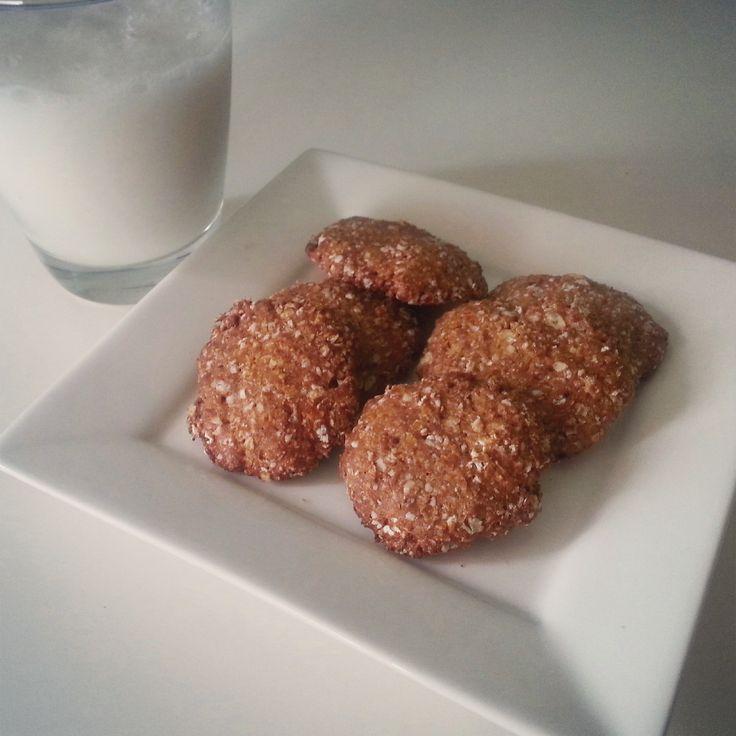 Koekjes! Vandaag pindakaas koekjes die snel en makkelijk te maken zijn, je moet er alleen wel iets voor in huis hebben wat redelijk nieuw is in Nederland dus ga snel kijken! Ingrediënten - 50 gram havermout – 20 gram eiwitpoeder, vanille – 20 gram PB2 chocolade (pindakaas poeder)* – 1 ei-eiwit – 10 gram kokosolie,(...)