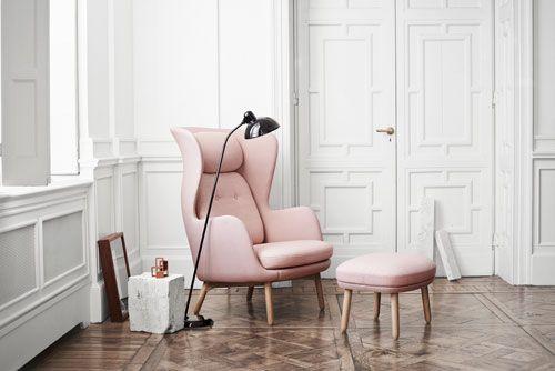 RO by JAIME HAYON : un fauteuil édité par Fritz Hansen™. RO s'accompagne désormais de son repose pieds, une combinaison disponible en 9 coloris : violet, bleu, jaune, vert sauge, rose clair, sable, noir, gris clair, taupe, en version tissu ou version cuir ! Le piètement est en aluminium brossé ou en chêne massif. Un indispensable du confort... [Prix : fauteuil à partir de 2395 € + repose pieds à 770 €] http://www.hayonstudio.com/ http://www.fritzhansen.com