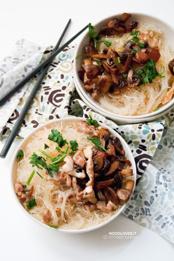 Una buonissima zuppa di noodles in brodo di pollo con funghi saltati alla salsa di soia. Il comfort food tra Asia e Italia, per un piatto tutto da gustare!