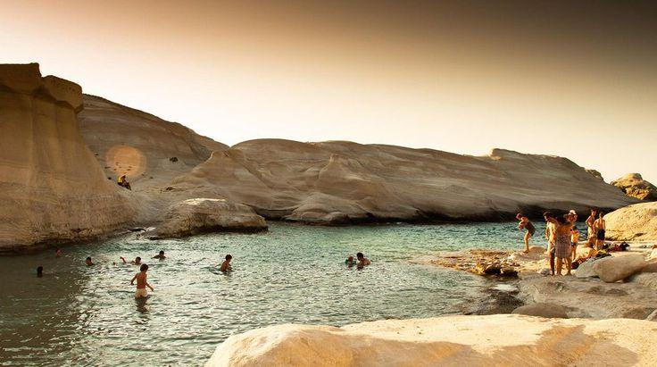 Sarakiniko på Milos är inte likt någonting annat. Åk dit, och glöm inte bada. Foto: Tom Allen