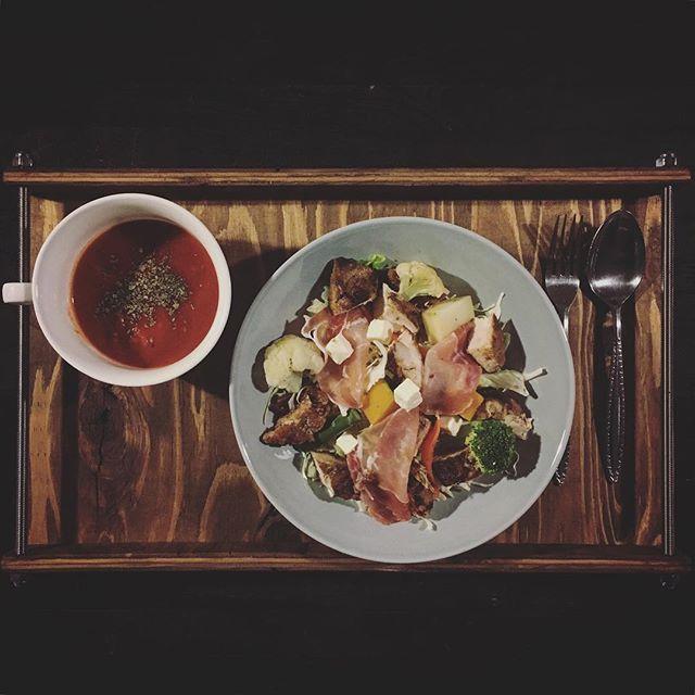 2016/11/12 08:35:16 favoris_plus 朝食。 ・ ・ ・ サラダの内容 〇ジャークチキン 〇生ハム 〇クリームチーズ 〇温野菜 (じゃがいも·にんじん·南瓜·ブロッコリー·カリフラワー·アスパラガス) 〇トレビス 〇レタス 〇キャベツ ・ ・ ・ #朝食 #朝ごはん #モーニング #ボリューム満点 #野菜中心 #デトックス #健康 #満腹 #サラダ #サラダボウル #サラダチキン #トマトスープ #ホワイトマッシュルーム #sayakafood  #健康