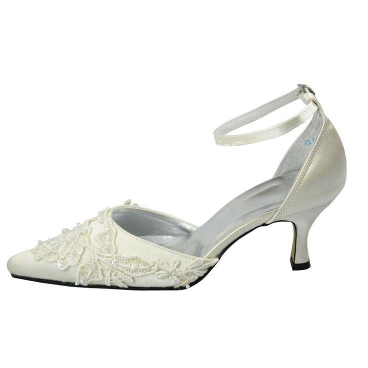 Cette paire de chaussures de mariée est recouverte de satin confortable et  parée de dentelle raffinée dessus. Elle est présentée avec bout pointu et  ...