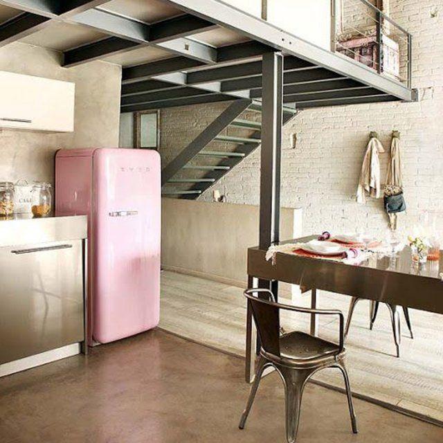 Une cuisine industrielle adoucie par le rose - Réfrigérateur Smeg
