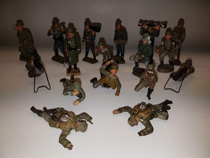 """Lineol/Elastolin o.a. Duitsland - schaal 1/26 - veel met 17 samenstelling """"Wehrmacht"""" soldaten in verschillende posities incl. luidspreker liegen machinegeweren algemene jaren 1930  17 verschillende soldaten in samenstelling. Verschillende posities. Soldaat met luidspreker officieren met monoculaire een generaal hoorn Blazer. 2 liggen soldaten met machinegeweren ontbrekende helft van hun benen 2 gevallen soldaten bom dragers en meer.All-in-composities.Zie foto's voor meer info.Dit perceel…"""