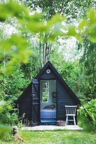 Une chambre d'amis conçue dans une cabane