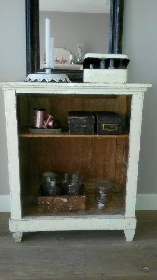 Oud geldkistje op de kast voor flessen verzameling #styling #oud #vondsten www.als-nieuw.com