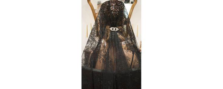 Peinetas, mantillas, trajes para madrinas e invitadas, tocados... Todo lo que necesitas para ir perfecta a una boda en LÖAT Reboutique