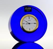 Relógio de secretária em cristal Atlantis de cor azul, marca gravada na base, mostrador branco com friso dourado e numeração romana,