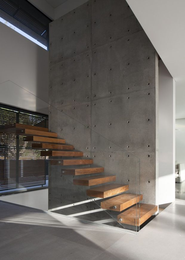 Kfar Shmaryahu House by Pitsou Kedem Architects. Love the timber block treads, cast concrete wall + invisible glass balustrade!