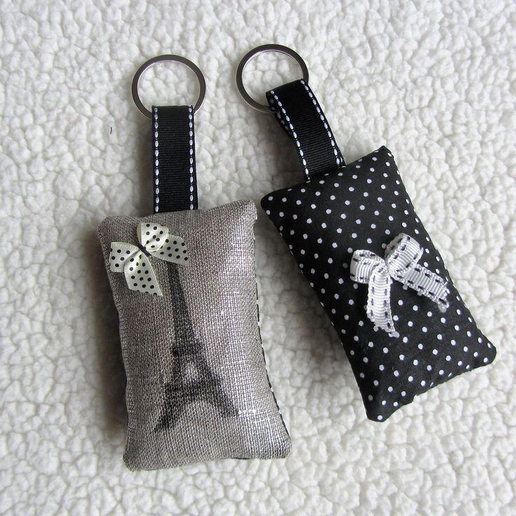 """Lot de deux porte-clés rétro """"Tour Eiffel"""" en lin lamé et coton noir à pois : Porte clés par nymeria-creation"""