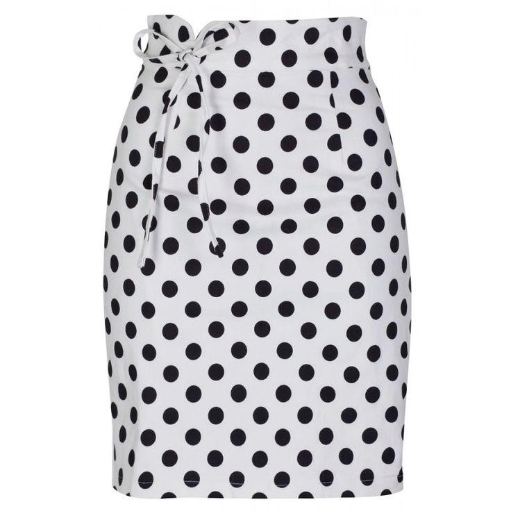 Retro Sukně Lindy Bop Florrie White Polka Krásná sukně ve stylu 50. let. Pouzdrová sukně, která skvěle podtrhne ženské křivky. Bílá barva s nadčasovými černými puntíky, širší pevný pas s vázačkou (nelze stáhnout, jen pro parádu), zip v bočním švu. Příjemná kvalitní silná bavlna s elastanem (97% bavlna, 3% elastan), jemná podšívka (95% polyester, 5% elastan). Jako doplněk zvolte vyšší lodičky, bodýčko či top, krátké sáčko nebo bundičku v barvách.