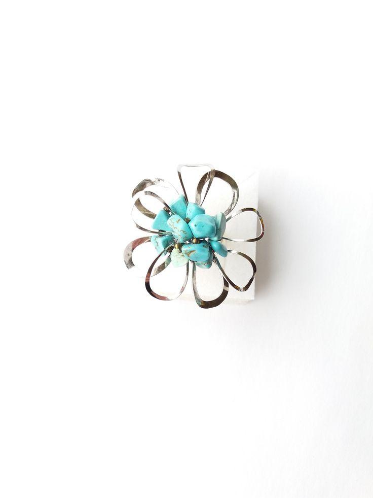 """Prsten+Nr.98+""""Květ+z+azurového+oparu""""+s+tyrkysem+Autorský+šperk.+Originál,+který+existuje+pouze+vjednom+jediném+exempláři+z+romantické+edice+variací+na+květy.+Vyniká+kouzelným+prostorovým+tvarem,+bohatostí+květu+a+krásnou+barevností+tyrkysových+zlomků.+Prostorové+vytvyrování+šperku+vypadá+z+každého+úhlu+pohledu+jinak,+poutá+pozornost,+nikdy+se+""""neokouká""""+a+vždy..."""