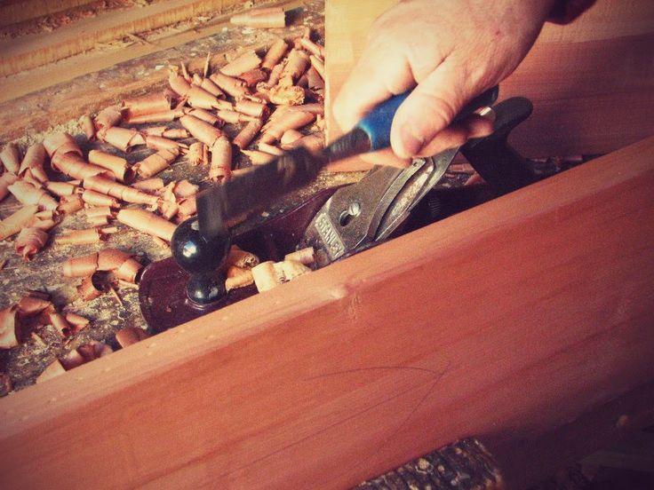 perforaciones para un mejor agarre de la cola fría al momento de prensar las maderas.