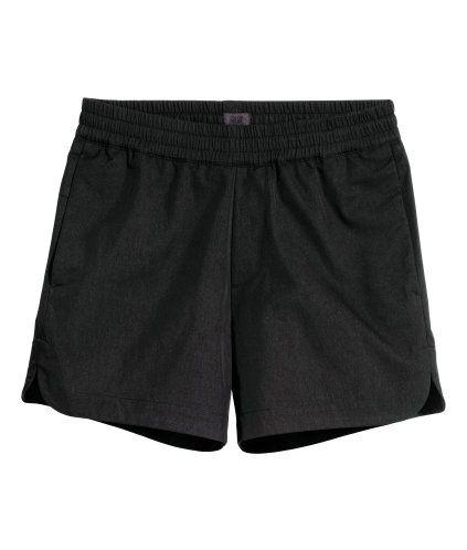 Svart. Ett par korta shorts i krispig twill av nylon- och bomullsblandning. Shortsen har resår i midjan, sidfickor och en passpoalerad bakficka. Kort sprund