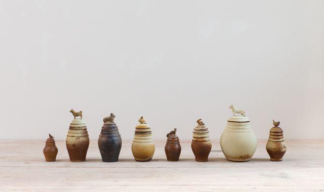 Jana Štefková na výstavě prezentuje hned dva své projekty. Prvním z nich jsou netradiční urny uchovávající vzpomínky na zvířecí miláčky. Popel zde není obsahem nádoby, ale naopak se popelovou glazurou stává její vnější součástí.